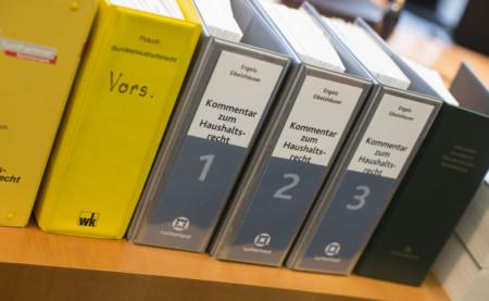 Bücher über Bundeshaushaltsrecht im Sitzungssaal des Haushaltsausschusses im Paul-Löbe-Haus., Gesetz, Buch, Gesetzestext, Kommentar zum Bundeshaushaltsrecht Ordnungsnummer: 3254137