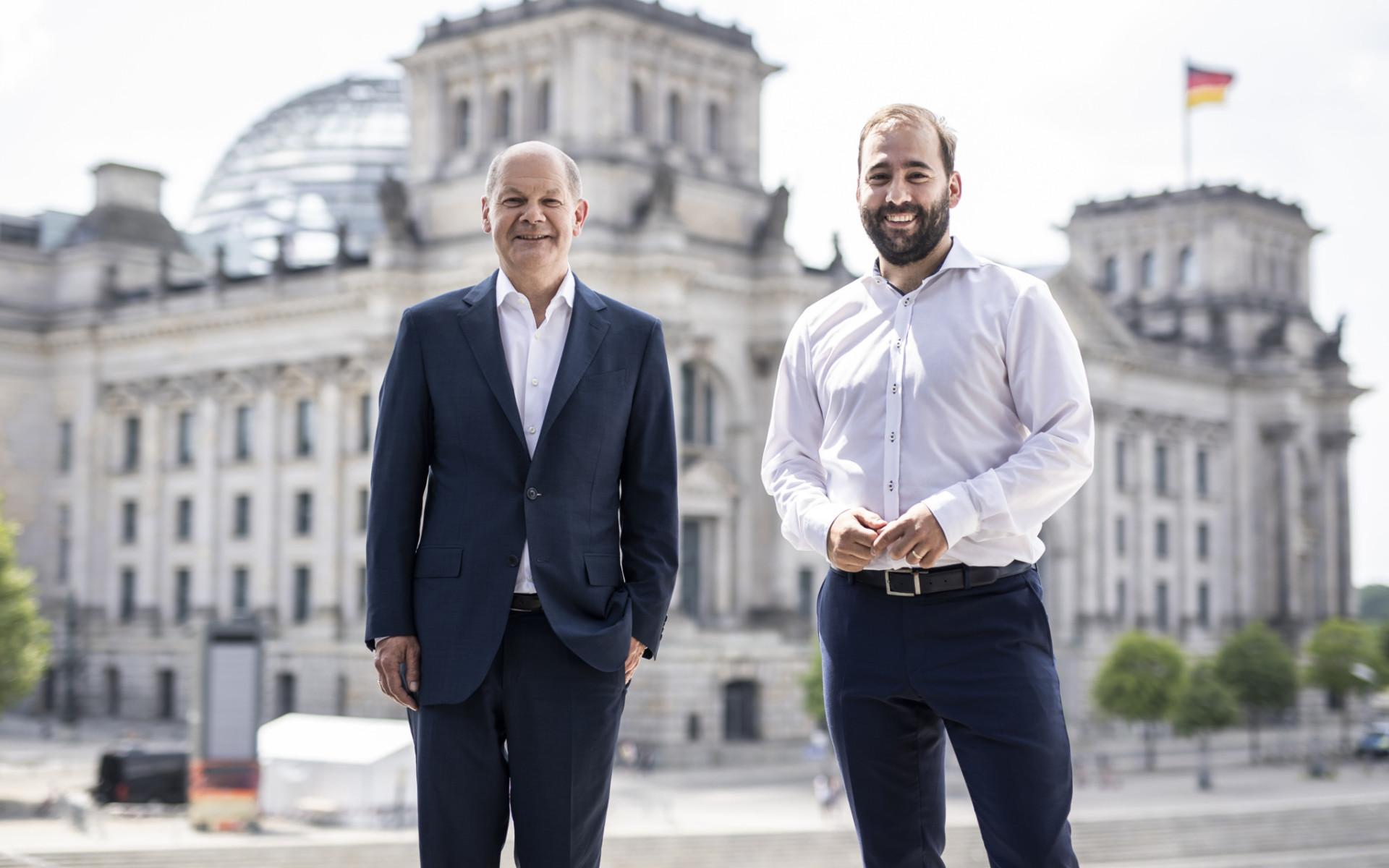 Bild mit Johannes Schraps und Olaf Scholz vorm Reichstag in Berlin